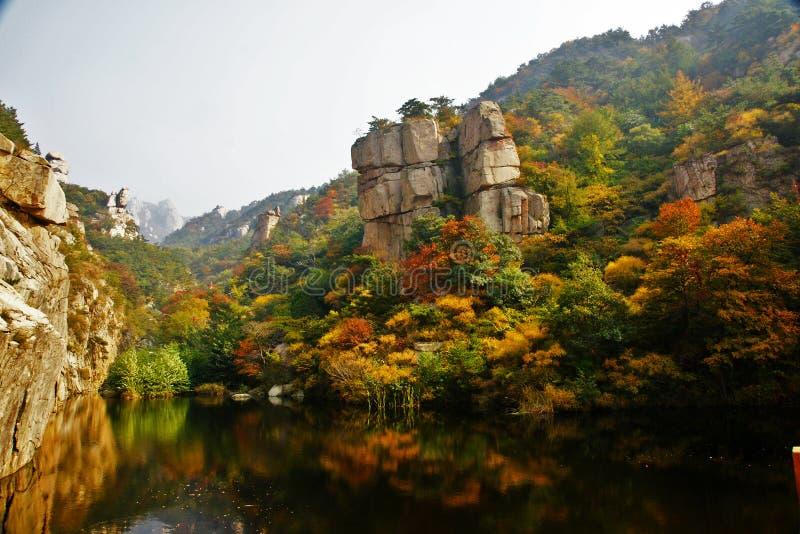 Paesaggio dell'autunno della montagna di Laoshan bello della Cina immagini stock