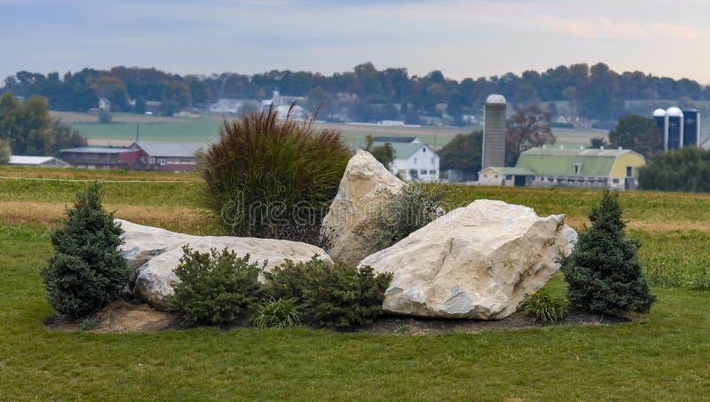 Paesaggio dell'azienda agricola di Amish con un giardino di rocce nella priorità alta fotografia stock libera da diritti