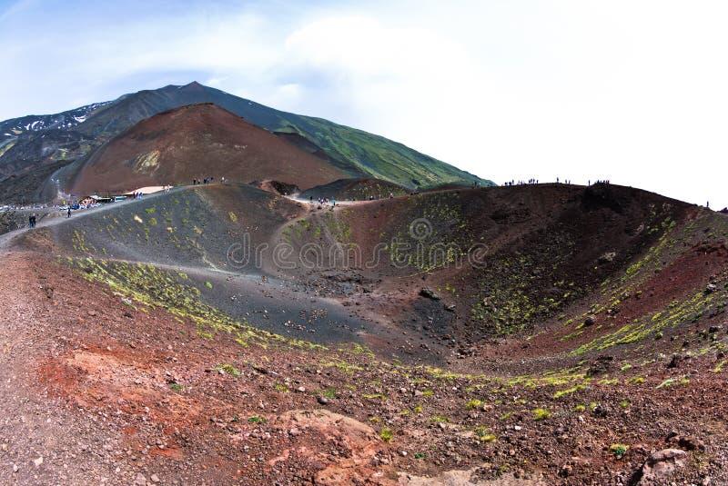 Paesaggio dell'Etna con i crateri del vulcano in Sicilia fotografie stock