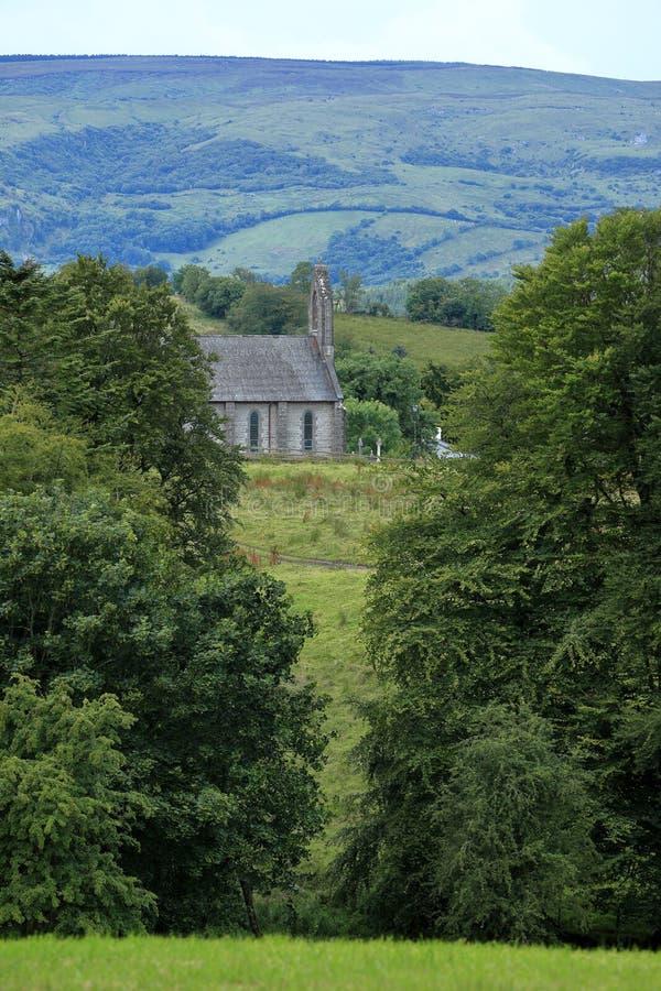 Paesaggio dell'Irlandese con una vecchia chiesa fotografia stock
