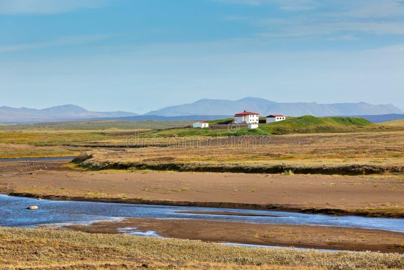 Paesaggio dell 39 islanda con il fiume le montagne e la for Piani di fattoria bianca