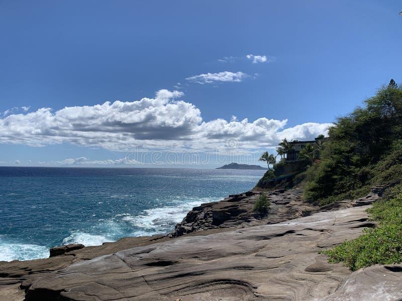 Paesaggio dell'oceano e della roccia della caverna sputare delle Hawai fotografie stock libere da diritti
