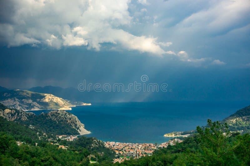 Paesaggio della baia di Marmaris con il raggio di sole ed il cielo nuvoloso al tramonto Turunc, Marmaris, Turchia Fondo di estate immagini stock