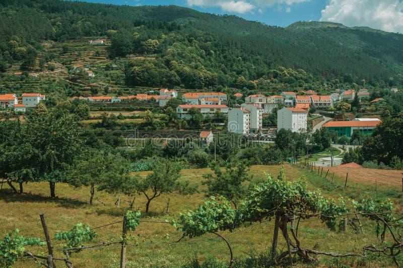 Paesaggio della campagna con le case bianche accanto alla collina immagine stock libera da diritti