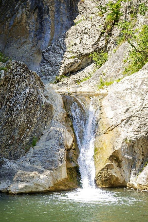 Paesaggio della cascata della montagna in tempo soleggiato 2 fotografia stock