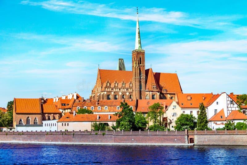 Paesaggio della chiesa sopra il fiume, la vecchia città di Wroclaw, Polonia, la chiesa antica, l'architettura della città fotografia stock libera da diritti