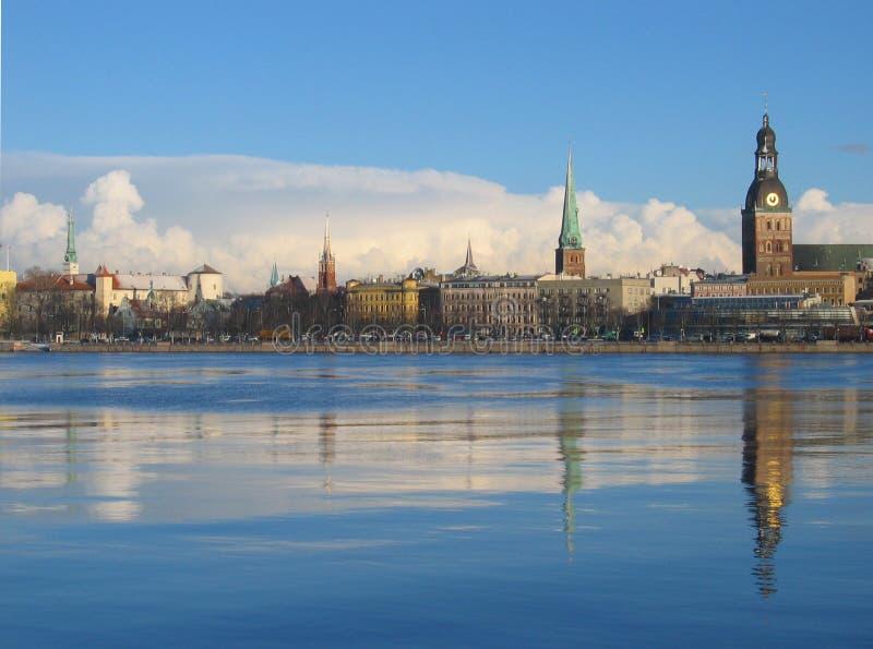 Paesaggio della città con le grandi nubi immagini stock