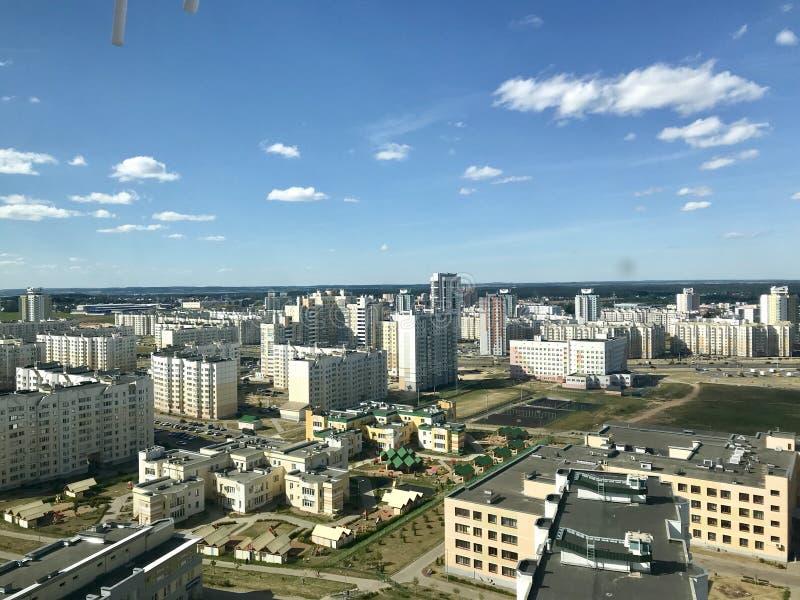 Paesaggio della città Costruzioni multipiano contro il cielo blu La capitale della Bielorussia, Minsk fotografia stock
