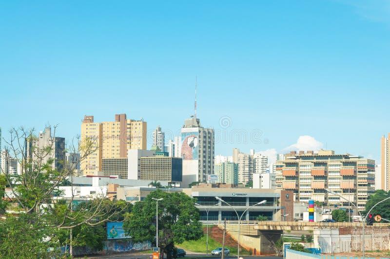 Paesaggio della città del campo grande Città con alcune costruzioni fra gli alberi, il traffico di automobile e l'arte urbana fotografia stock libera da diritti