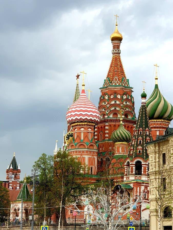 Paesaggio della città di Mosca della primavera Monumento ben noto di architettura russa immagini stock