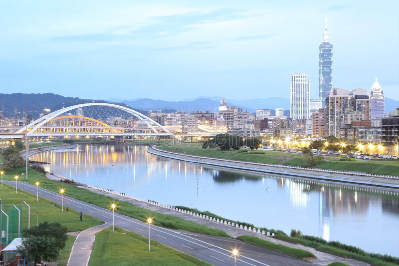 Paesaggio della città di Taipei, di Taipei 101 e del centro della città con il ponte di MacArthur e di bella riflessione nel fium immagine stock libera da diritti