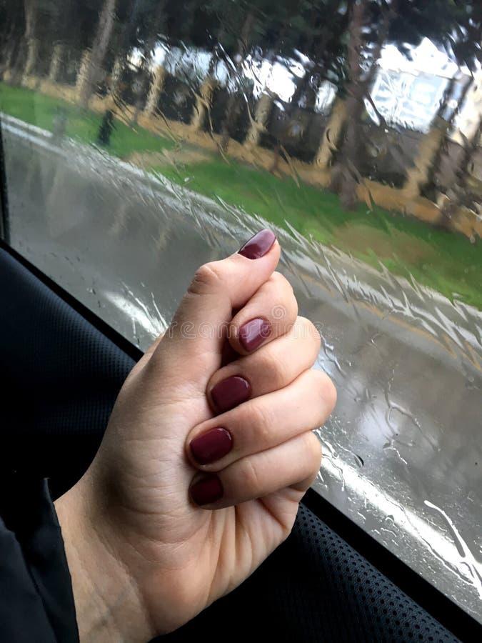 Paesaggio della città Pioggia Fuori la finestra dell'automobile Una ragazza sta guardando fotografia stock libera da diritti
