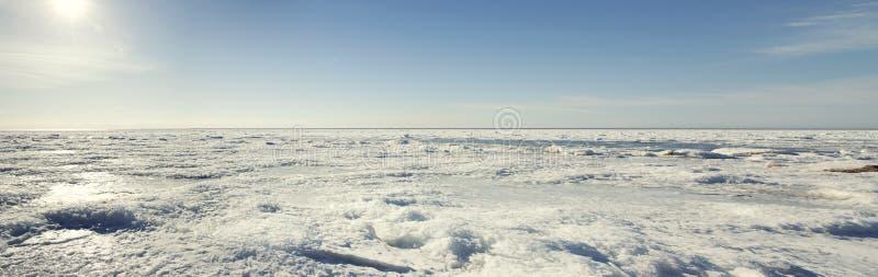Paesaggio della costa congelato inverno del Mar Baltico Vista di panorama immagini stock