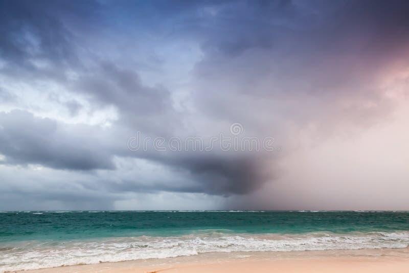 Paesaggio della costa dell'Oceano Atlantico con il cielo tempestoso drammatico immagini stock libere da diritti