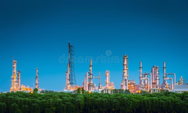 Paesaggio della fabbrica della raffineria del gas e del petrolio , Costruzioni petrochimiche o chimiche di processo di distillazi fotografia stock