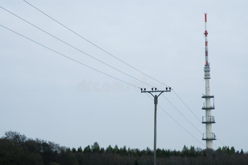 Paesaggio della foresta con la torre radiofonica ed il powerline sopraelevato fotografia stock