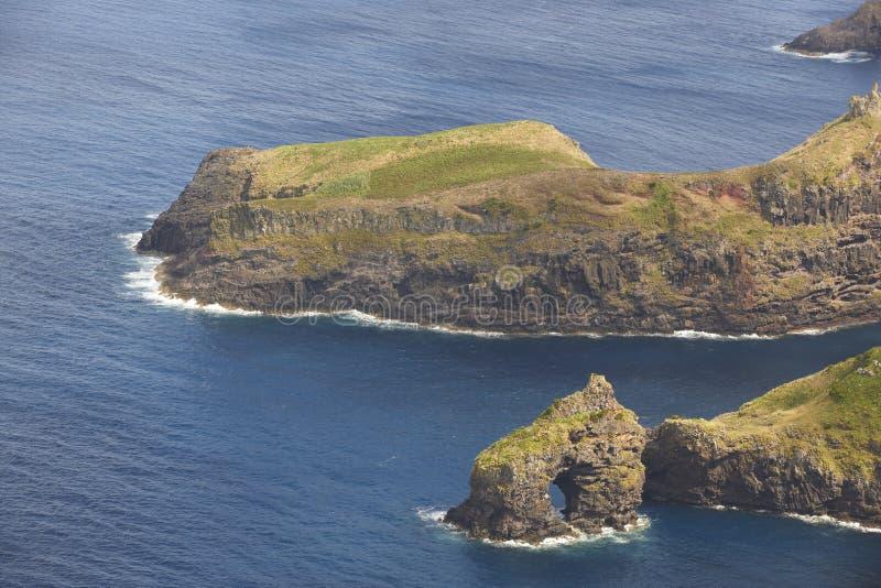 Paesaggio della linea costiera delle Azzorre con le scogliere nell'isola del Flores Portuga fotografia stock libera da diritti