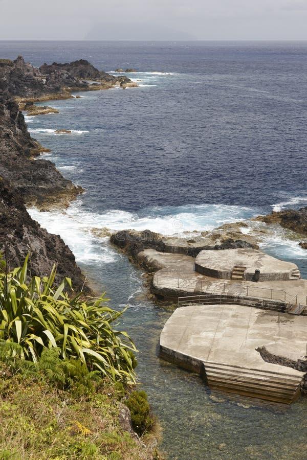 Paesaggio della linea costiera delle Azzorre con lo stagno naturale nell'isola del Flores P immagine stock libera da diritti