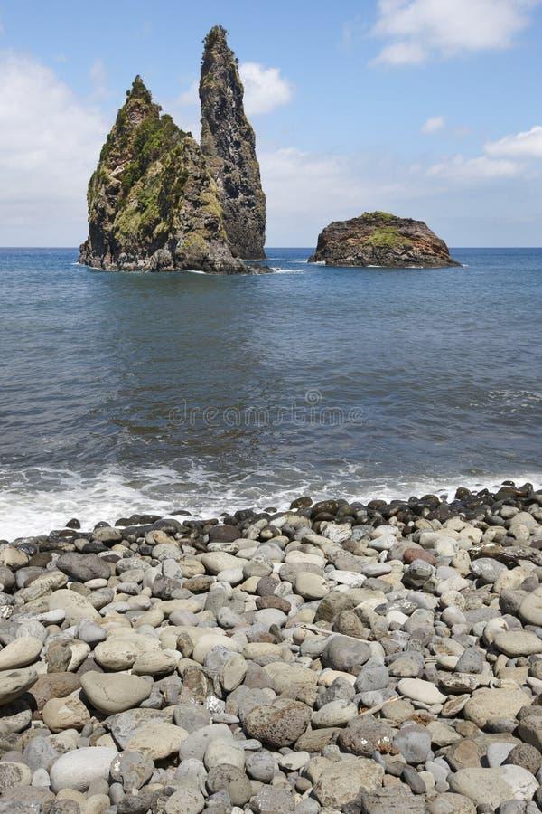 Paesaggio della linea costiera delle Azzorre con Pebble Beach nell'isola del Flores P fotografia stock