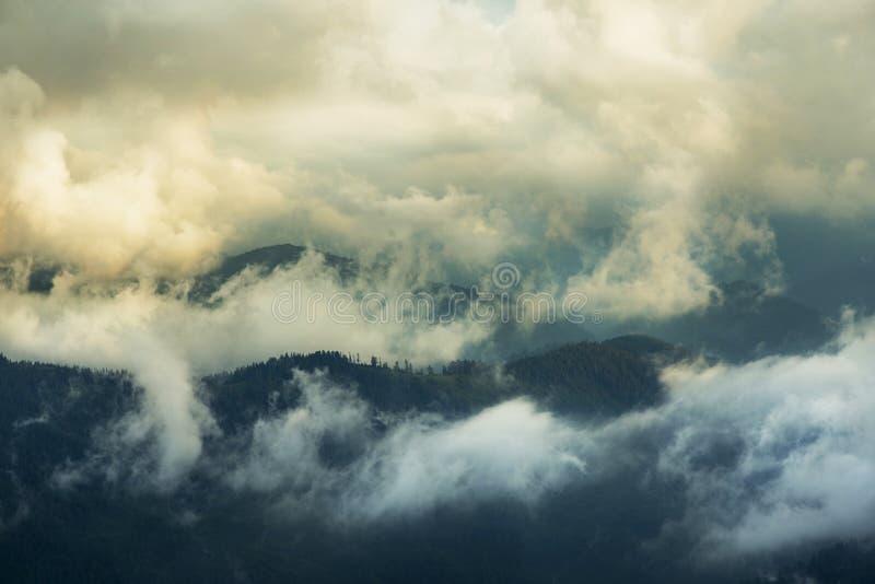 Download Paesaggio della montagna immagine stock. Immagine di cielo - 56878537