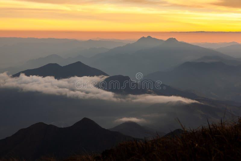 Paesaggio della montagna al pomeriggio - tramonto immagine stock