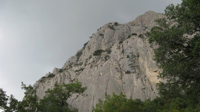 Paesaggio della montagna in attesa di pioggia fotografie stock libere da diritti
