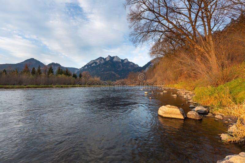 Paesaggio della montagna Autunno Pieniny, tre corone di punta sul fiume di Dunajec fotografia stock