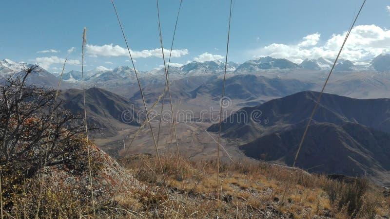 Paesaggio della montagna in Bokonbayevo nel Kirghizistan fotografie stock libere da diritti