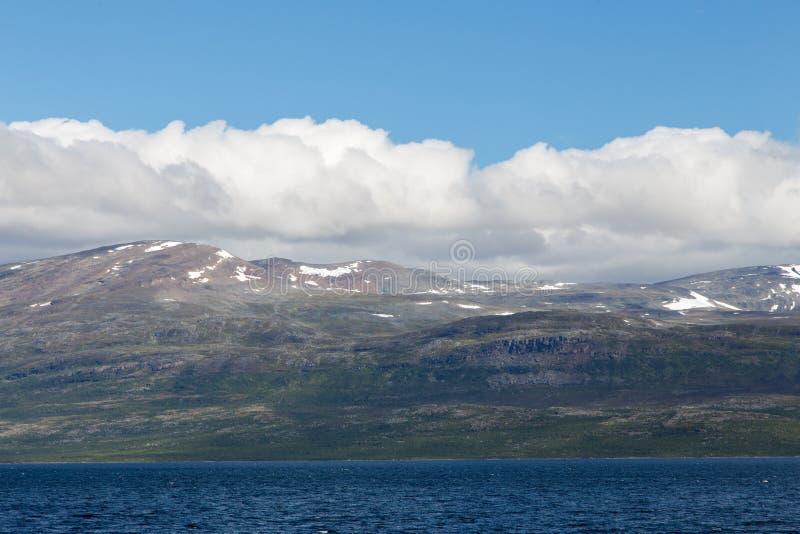 Paesaggio della montagna con cielo blu e le nuvole Bella natura Norvegia immagine stock libera da diritti