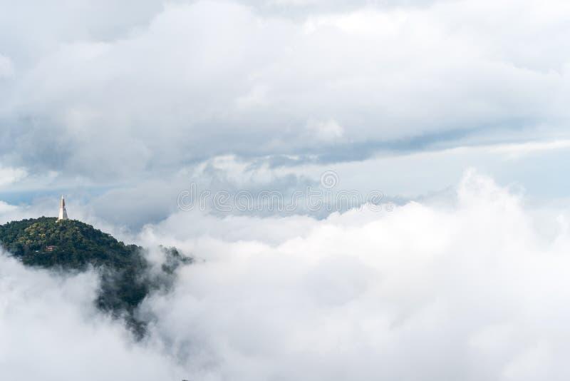 Paesaggio della montagna con foschia e cloudscape fotografie stock