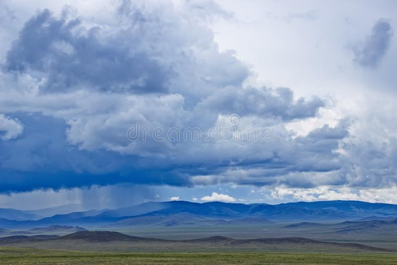 Paesaggio della montagna con il cielo nuvoloso immagine stock libera da diritti