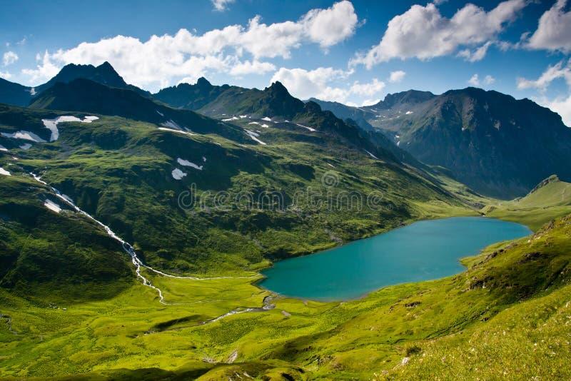 Paesaggio della montagna con il fiume di cristallo. immagini stock