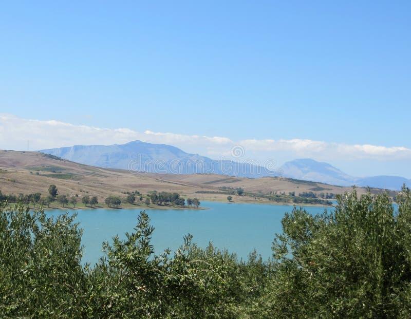 Paesaggio della montagna con il lago ed il cielo fotografia stock libera da diritti