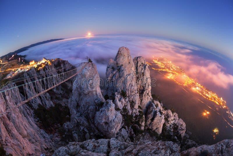Paesaggio della montagna con la luna piena in aumento alla notte fotografia stock libera da diritti
