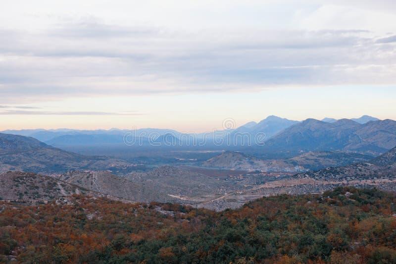 Paesaggio della montagna con la valle scenica nelle alpi di Dinaric il giorno nuvoloso di autunno La Bosnia-Erzegovina tonalità d fotografia stock libera da diritti