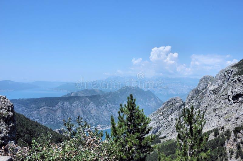 Paesaggio della montagna contro il cielo blu e le nuvole nella regione di baia di Boko-Cattaro, Montenegro, Europa fotografie stock