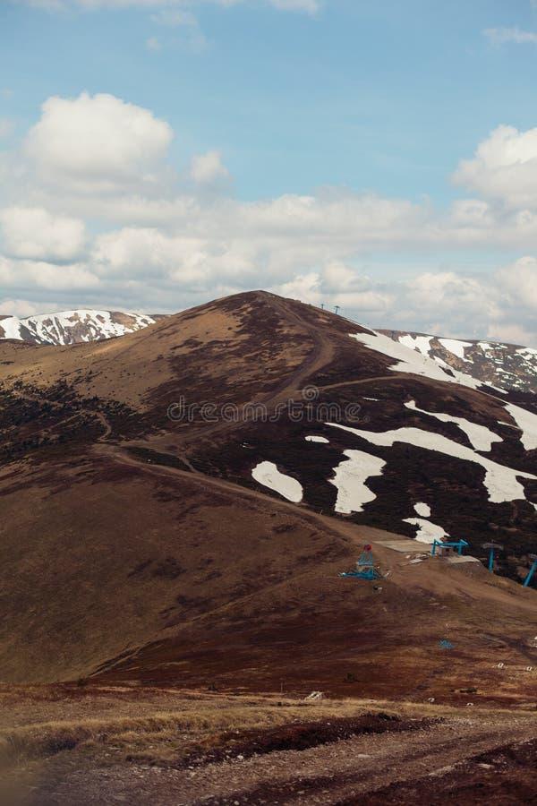 Paesaggio della montagna della sorgente Carpathians, Ucraina, Europa immagini stock libere da diritti