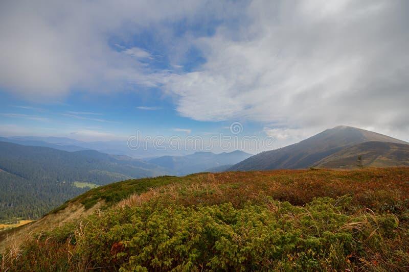 Paesaggio della montagna di autunno con un cielo drammatico fotografia stock