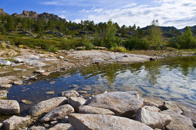 Paesaggio della montagna di estate con il lago fotografie stock