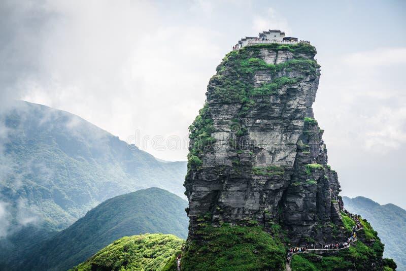 Paesaggio della montagna di Fanjing con la vista della sommità dorata della nuvola rossa e del tempio buddista sulla cima in Guiz immagine stock libera da diritti