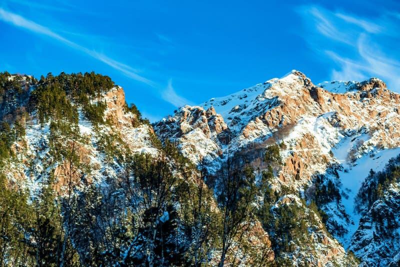 Paesaggio della montagna di inverno con le rocce e la neve fotografia stock