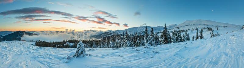 Paesaggio della montagna di inverno di alba (carpatico) fotografia stock libera da diritti