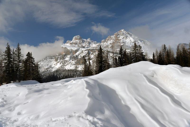 Paesaggio della montagna di inverno Dolomia italiane sotto neve fotografia stock libera da diritti