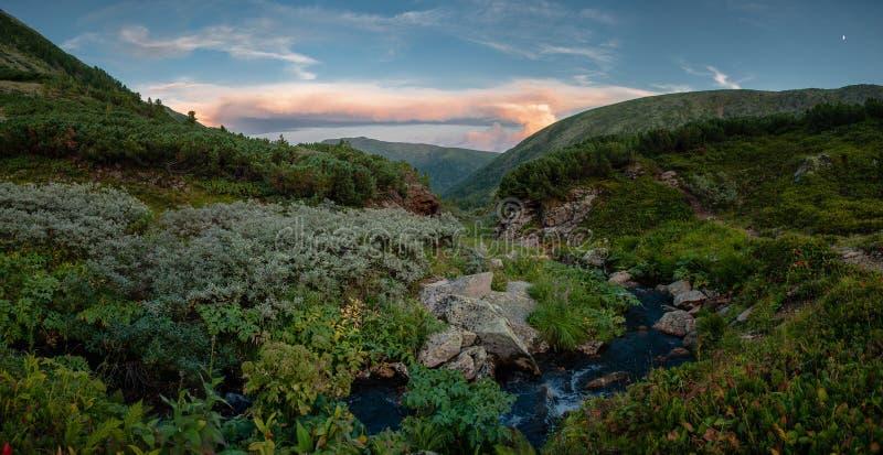 Paesaggio della montagna di sera fotografia stock libera da diritti