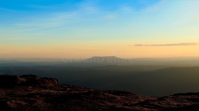 Paesaggio della montagna di tramonto, tramonto variopinto sopra le colline della montagna fotografie stock libere da diritti