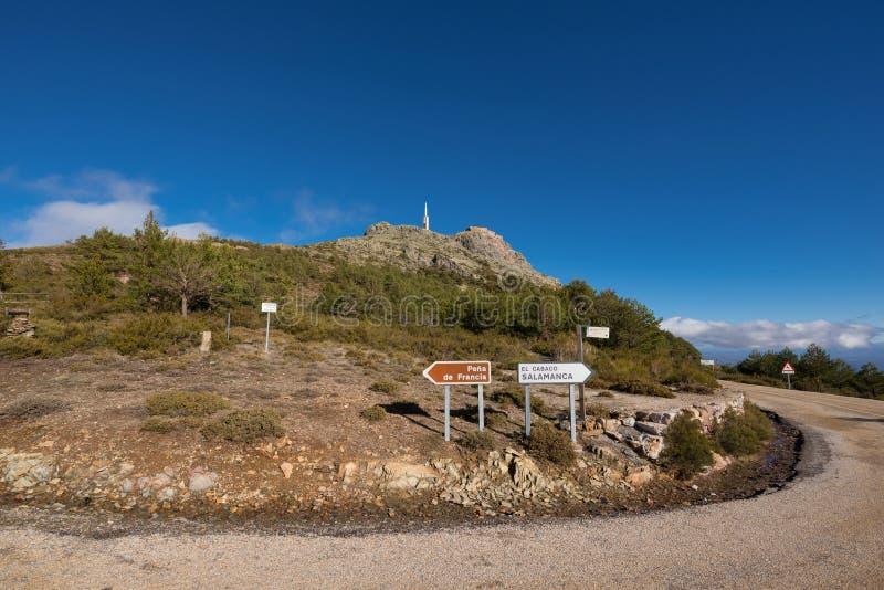 Paesaggio della montagna, indicazione del segnale stradale a Pena de Francia, Salamanca, Spagna immagini stock libere da diritti