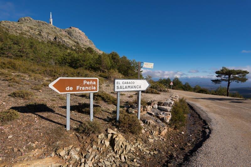 Paesaggio della montagna, indicazione del segnale stradale a Pena de Francia, Salamanca, Spagna fotografie stock libere da diritti