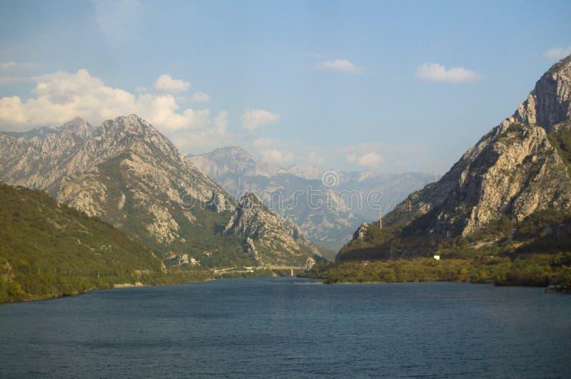 Paesaggio della montagna lungo il giro del treno da Sarajevo a Mostar fotografia stock