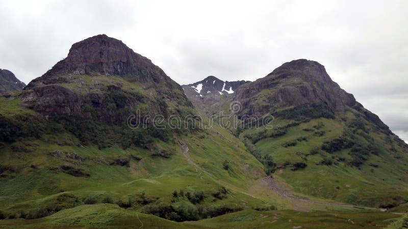 Paesaggio della montagna lungo il A82 in Scozia fotografia stock libera da diritti