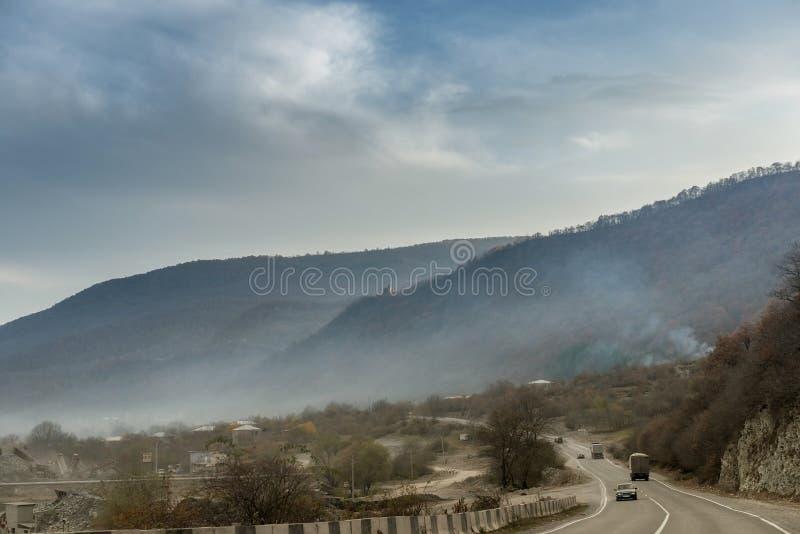 Paesaggio della montagna lungo la strada militare in Georgia fotografia stock